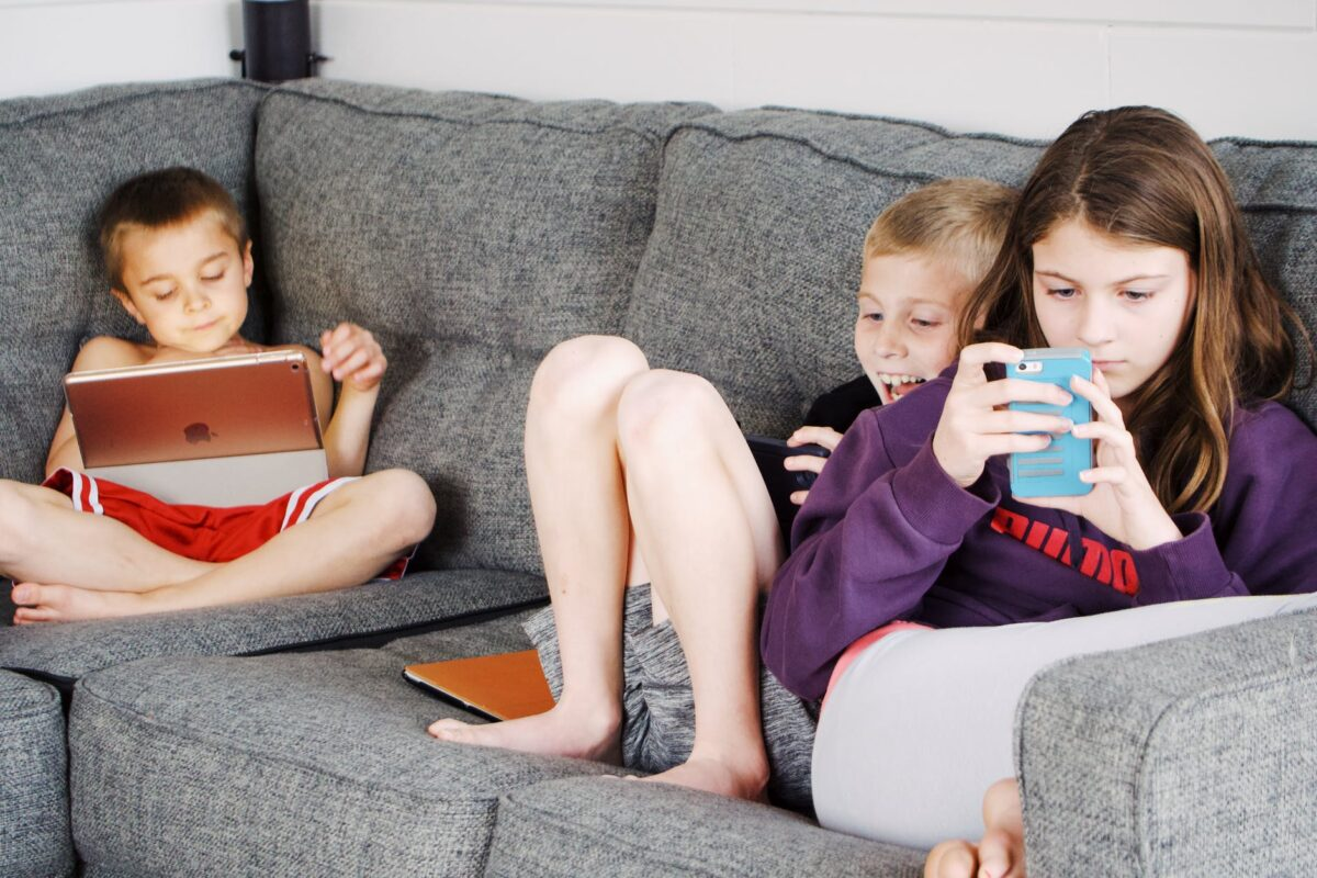 children addicted to smart devices